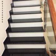 cầu thang mặt đen cổ trắng